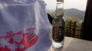 妙見山足湯内にてタオルと瓶