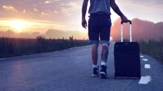 ハイカーとスーツケース