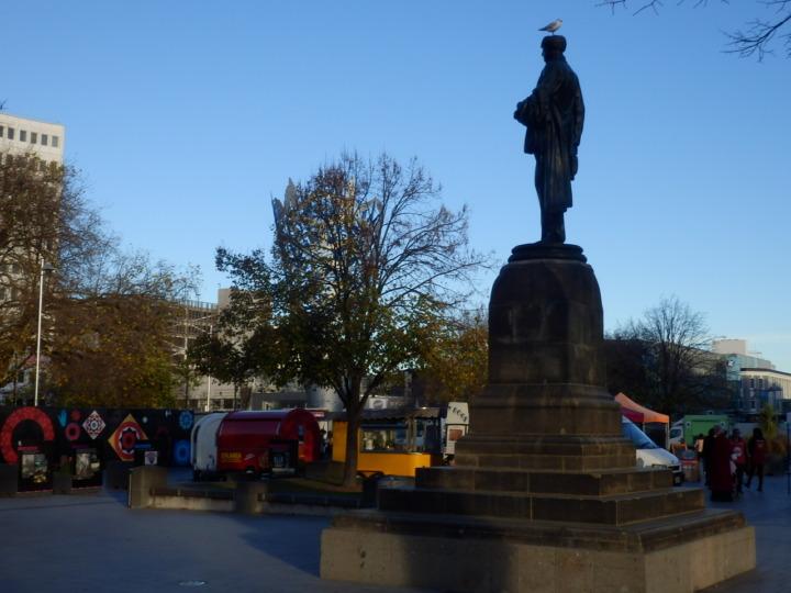 カテドラルスクエアと銅像
